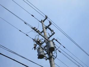 電柱の上に33000Vの送電線が共架されています
